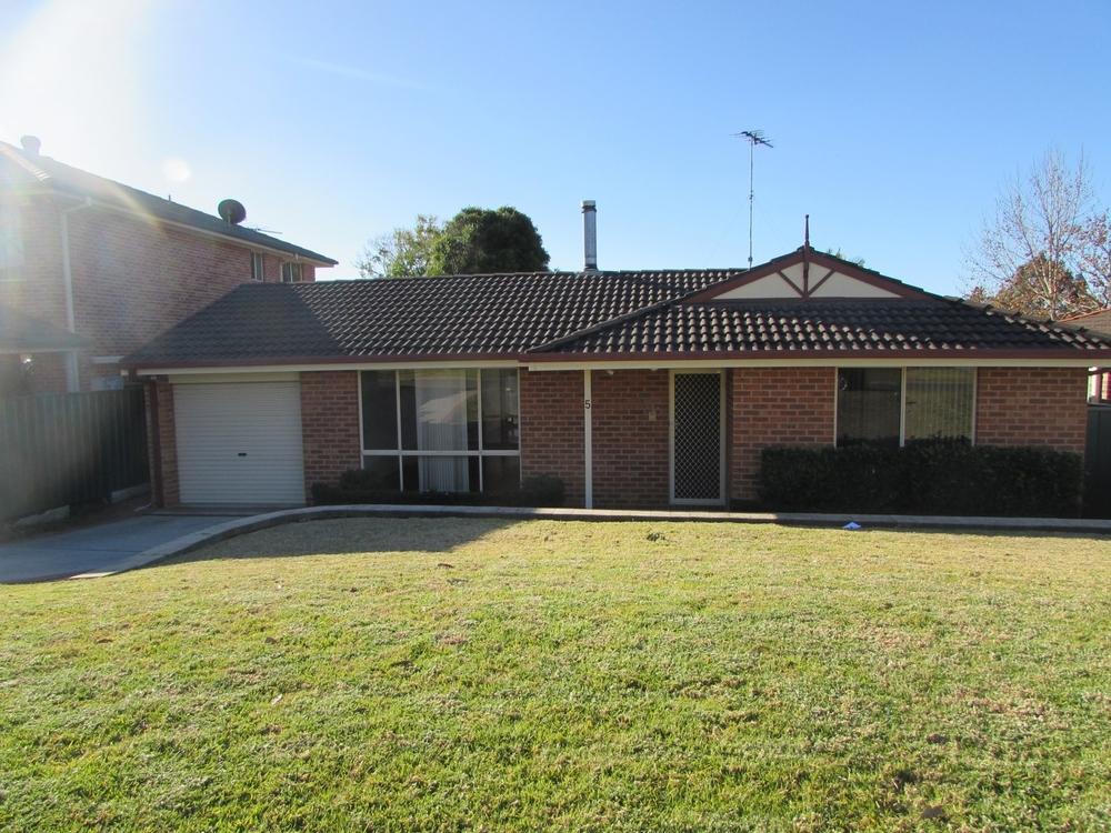 5 Fullerton Circuit St Helens Park, NSW 2560